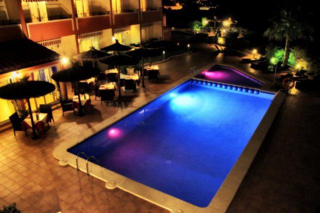 10 hoteles con piscinas espectaculares para este verano for Barrera piscina